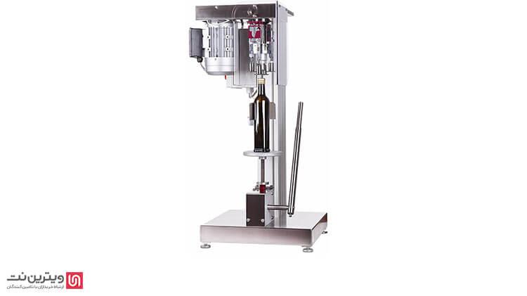 دستگاه دربند نیمه اتوماتیک یک نوار نقاله دارد که در امتداد دستگاه پرکن قرار می گیرد-دستگاه درب بند نیمه اتوماتیک-دستگاه د