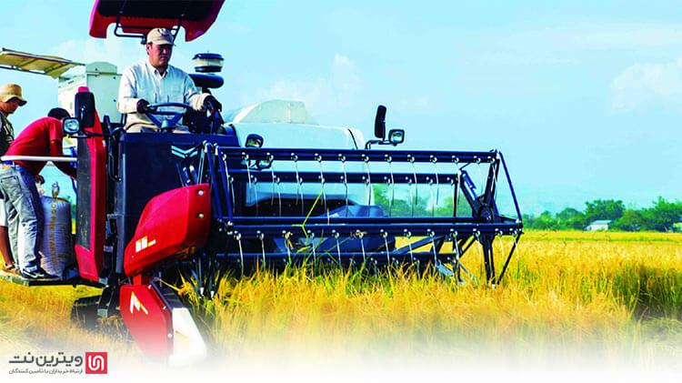 یکی از انواع کمباین برداشت برنج ، کمباین هد فید می باشد. در بخش جلویی این نوع کمباین نیز همانند کمباین هد استریپر شانه برشی واقع شده است.