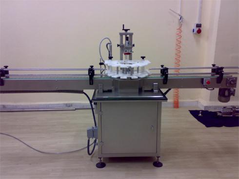 دستگاه درب بند نیمه اتوماتیک برای انواع درب فلزی، پلاستیکی مورد استفاده قرار میگیرد.
