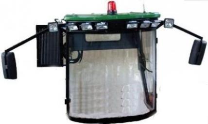 کابین کمباین دارای شیشه جلو خم و لمینیت می باشد و شیشه های جانبی به صورت سکوریت است .