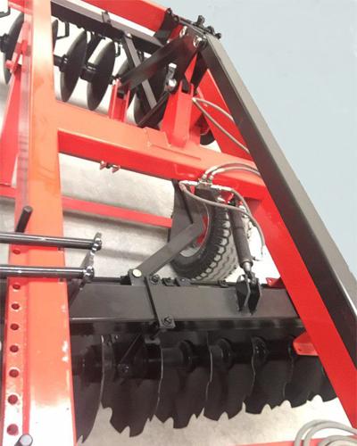 دستگاه کشاورزی دیسک دارای سیلند های هیدرولیکی است.