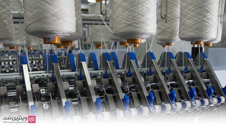 درباره فرایند دولاکنی، به این ترتیب میتوان توضیح داد که تابانیدن نخ در دو مرحله انجام می گیرد. در مرحله اول، نخ ها به صورت موازی در کنار یکدیگر قرار می گیرند و با استفاده از دستگاه دولاکنی، نخ ها بر هم قرار گرفته و به اصطلاح، سوار می شوند.