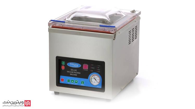 دستگاه وکیوم کارایی مشابه دستگاه دوخت دارد و تفاوت اصلی تخلیه هوای موجود در محصول غذایی پیش از بستن سر آن است. در این شرایط مواد غذایی طول عمر بیشتری خواهند داشت و تازه تر می مانند.