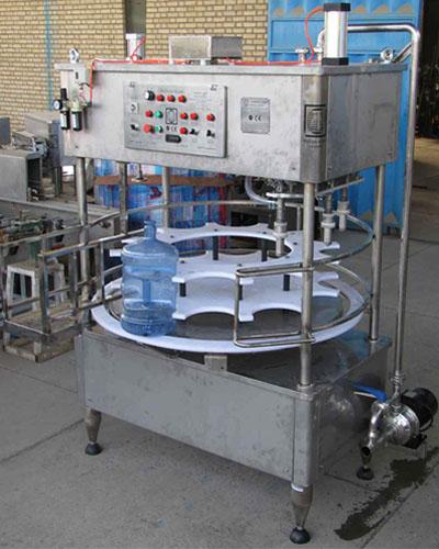 دستگاه پرکن و دربندی گالن آب آشامیدنی در تیپ های 3 و 6 نازل ساخته میشود..