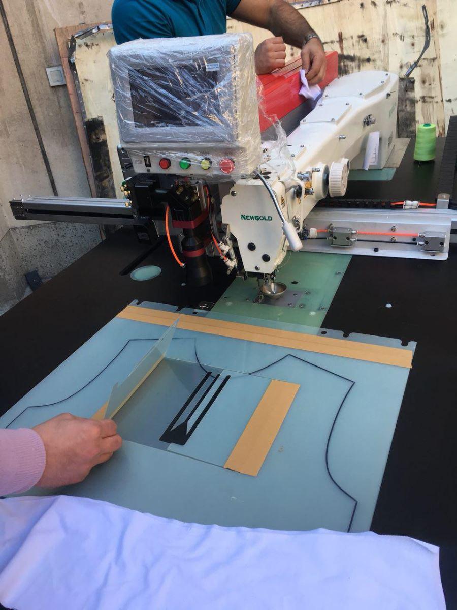 دستگاه نمادوز صنعتی (قاپک دوز) در محیط 80 در 130 با قابلیت انجام انواع نمادوزی و نیز اجرای قاپک به همراه دیوایس لیزر برش و حکاکی ساخته میشود.