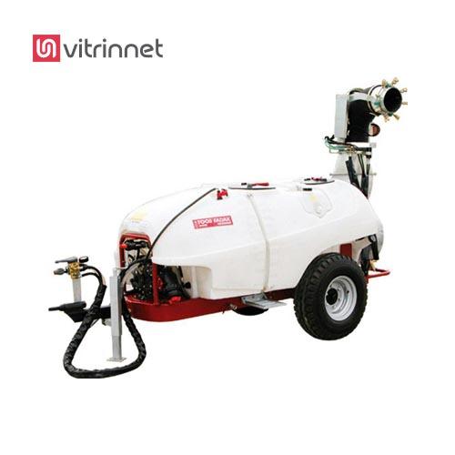 از سمپاش زراعی پشت تراکتوری به منظور پاشش مایعات و سموم شیمیایی به صورت مکانیزه در مزارع وسیع کشاورزی استفاده میشود.