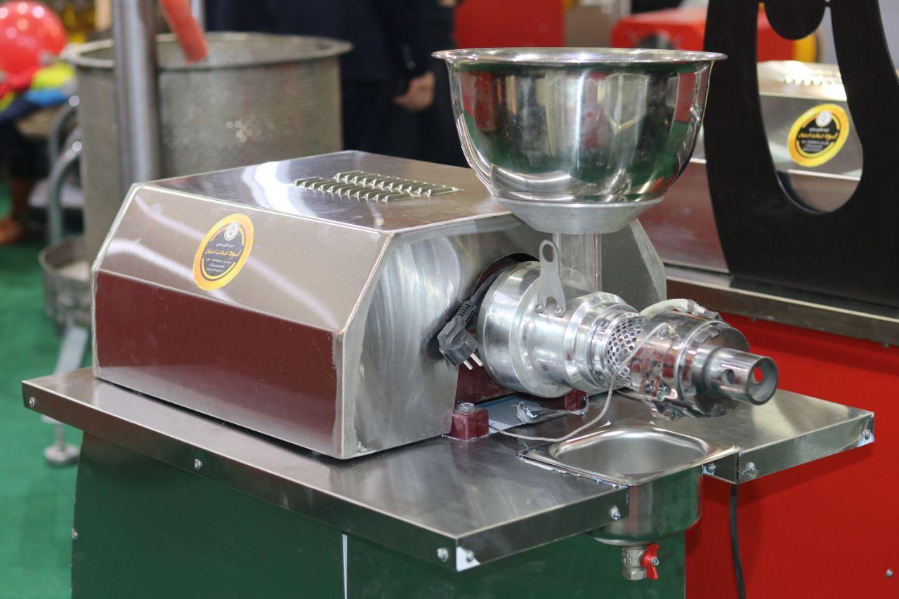 دستگاه روغن گیری DK60 با ظرفیت روغن گیری 20 کیلو دانه در ساعت ، قابلیت روغنگیری از انواع دانه های روغنی را دارد.