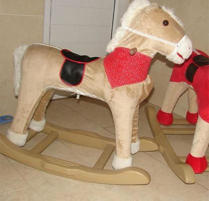دهان عروسک اسب موزیکال باز و بسته میشود