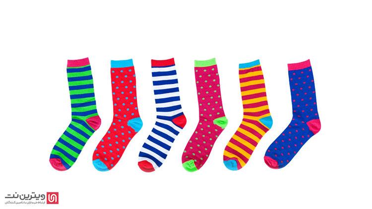 تمام اجزای جوراب از جمله ساق، کش، پاشنه، پنجه، کف جوراب و حتی طرح یا گل جوراب توسط دستگاه جوراب بافی بافته میشود
