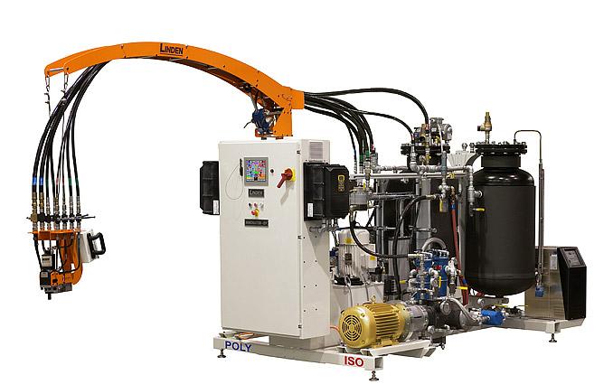 دستگاه تزریق فوم دوجزئی فشار قوی در ابتدا مایعی که بیشتر شبیه به پلی ال یا پلی ایزوسیانت می باشد را دریافت میکند و پس از تغییراتی که بر روی آنها انجام میدهد در نهایت فوم های پلی یورتان را به عنوان محصول نهایی خارج میکند.