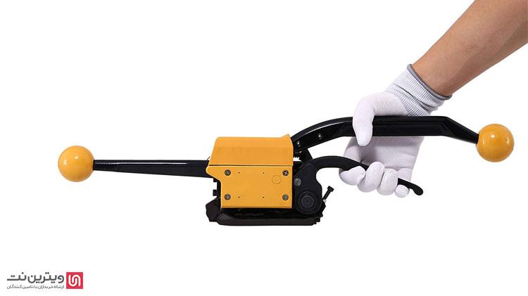 دستگاه تسمه کش دستی با استفاده از نیروی دست کار می کند. این دستگاه ها برای بسته بندی محصولات با اندازه های مختلف می توانند مورد استفاده قرار گیرند.