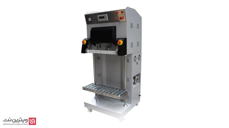 در دستگاه وکیوم عمودی در ابتدای کار محصول درون پاکت وکیوم قرار میگیرد.