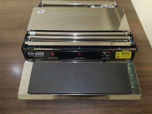 دستگاه سلفون کش از این دستگاه در بسته بندی های گوناگون اعم از بسته بندی قارچ ، سالاد و غیره استفاده میشود